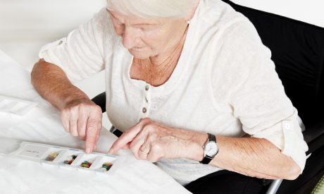 Seniorin mit Pillendose